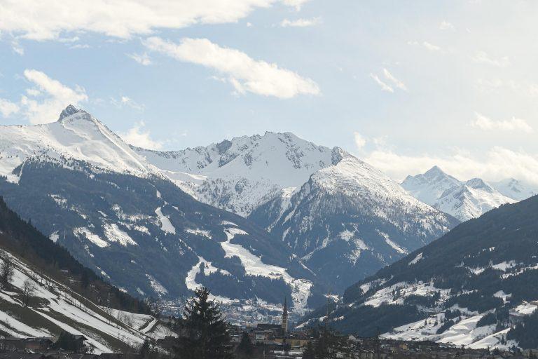 Utsikt fra en restaurantvogn gjennom Alpene.