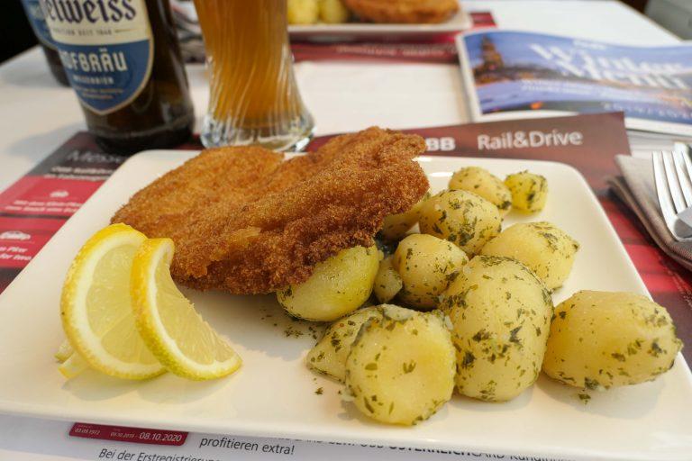 Reise i restaurantvogn: Servering om bord på en reise i restaurantvogn gjennom Alpene.