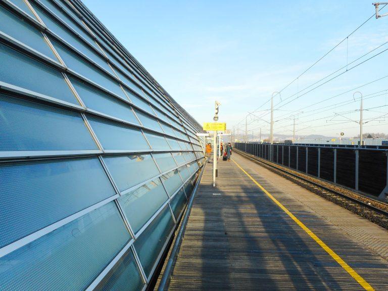 TGV-stasjonen i Avignon, med eit 340 meter langt glastak i boge, er av somme blitt samanlikna med ein katedral.