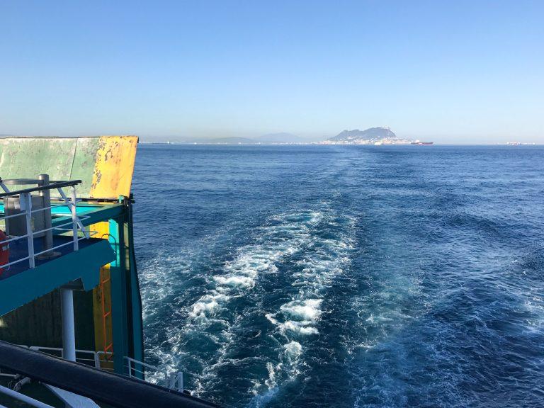 """På denne reisen med tog til Marokko reiste artikkelforfatteren også med ferje over Gibraltarstredet. Spania og """"The Rock"""" sees i bakgrunnen."""