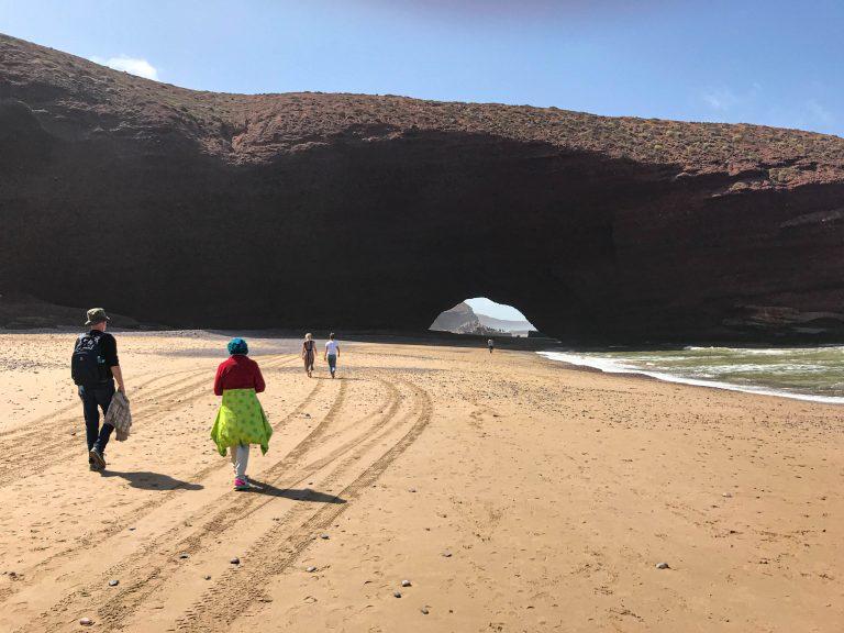 Legzira Beach i Sør-Marokko med det vidgjetne holet i fjellet. Her var opphavleg to, men det eine rasa saman for nokre år sidan.