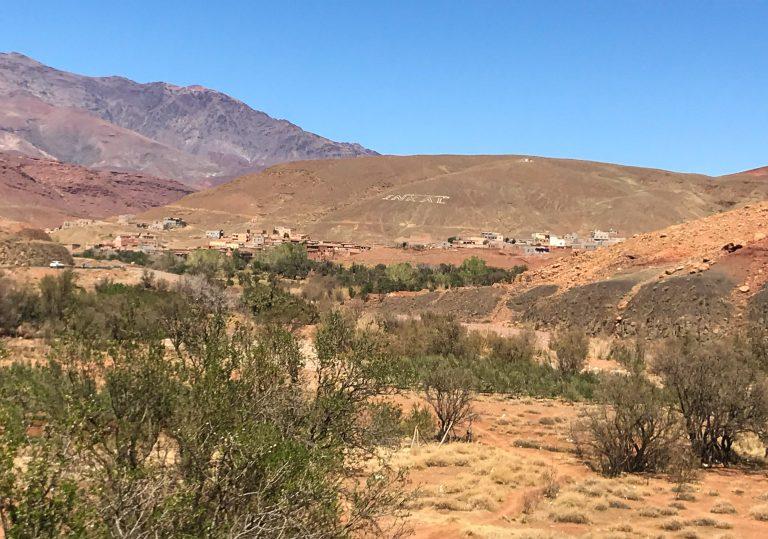 Med tog til Marokko: Landsby i nær 2000 meters høgd i Atlasfjella.
