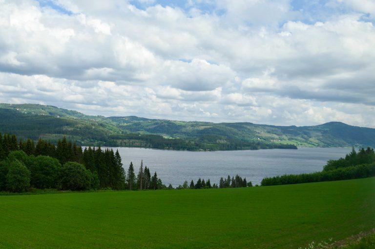 Utsikt fra et bussvindu. På en kort togferie Mjøsa rundt er det nødvendig å bruke buss mellom Lillehammer og Gjøvik.