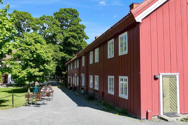 Fredelig og vakkert, midt i sentrum av byen, ligger Gjøvik Gård.