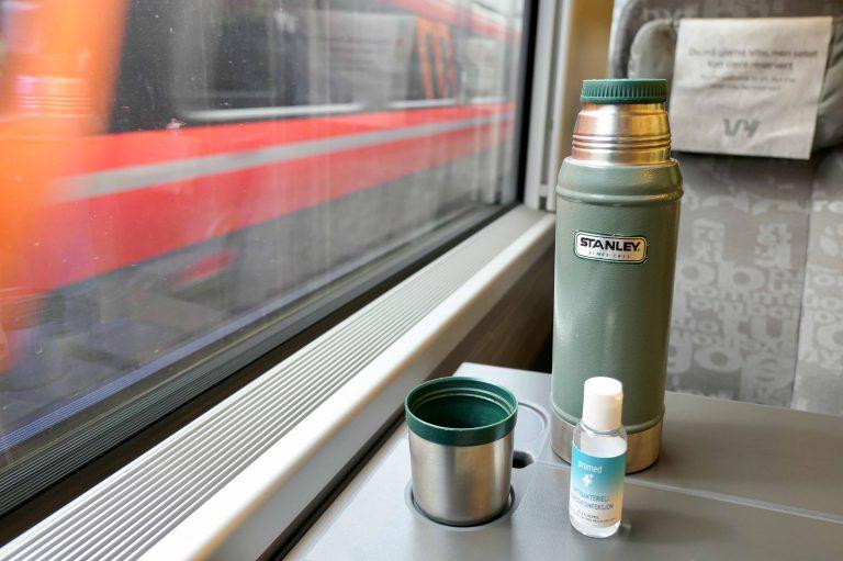 Kaffetermos og håndsprit, begge deler må være med på en togferie i 2020.