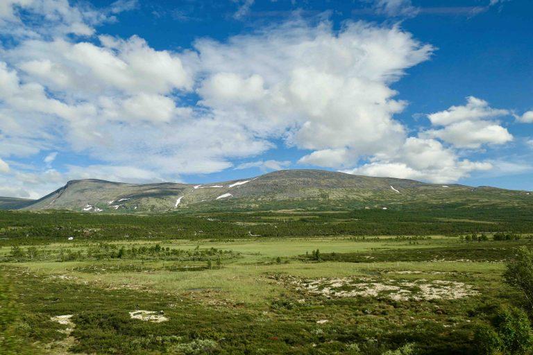 Det lange, mektige strekket over Dovrefjell er bokstavelig talt Dovrebanens høydepunkt og noe av det fineste på denne helgeturen med tog.
