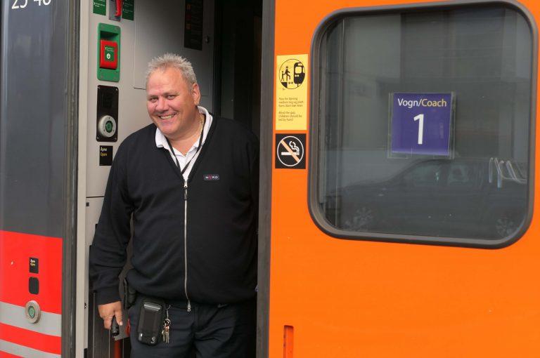 Foto av konduktøren vi hadde på reisen nordover med Dovrebanen, på en helgetur med tog.