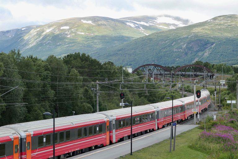 På helgetur med tog bodde vi på Oppdal Turisthotell og hadde denne utsikten fra vinduet.