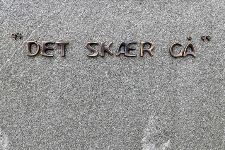 «Det skær gå!» sa solungen Olaf Skaslien. Fra bauta på Oppdal stasjon.