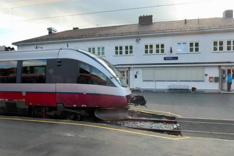 På Dombås venter Raumabanen på passasjerer som skal videre til Åndalsnes.