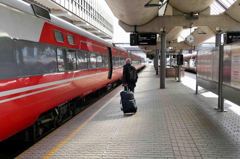 På vei inn på toget på Oslo S, vi skal på helgetur i Norge!