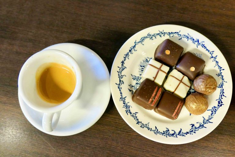 Vi tester litt av utvalget fra Egersund Chokoladefabrikk. Vinneren ligger i midten: brunostsjokolade!