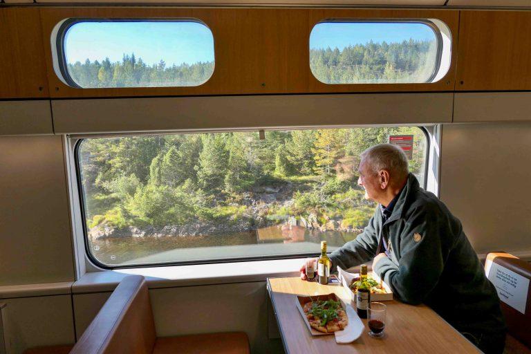 Fra kafevognen om bord i toget - vi unner oss både pizza og vin mens vi ser på landskapet utenfor.
