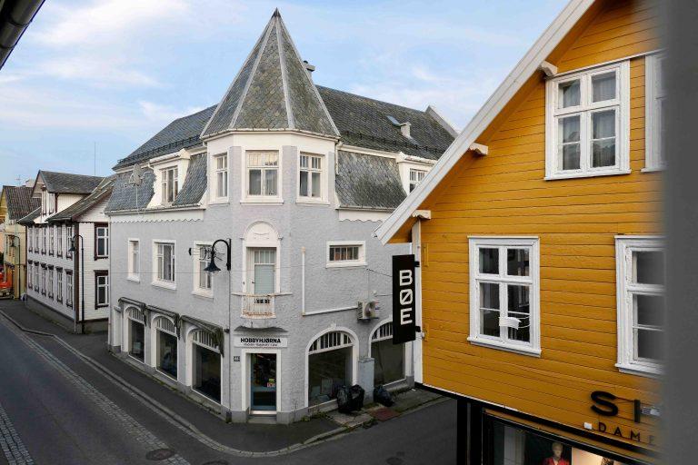 Den som bor på Grand Hotell Egersund, bor midt i byen! Denne utsikten våknet vi til.