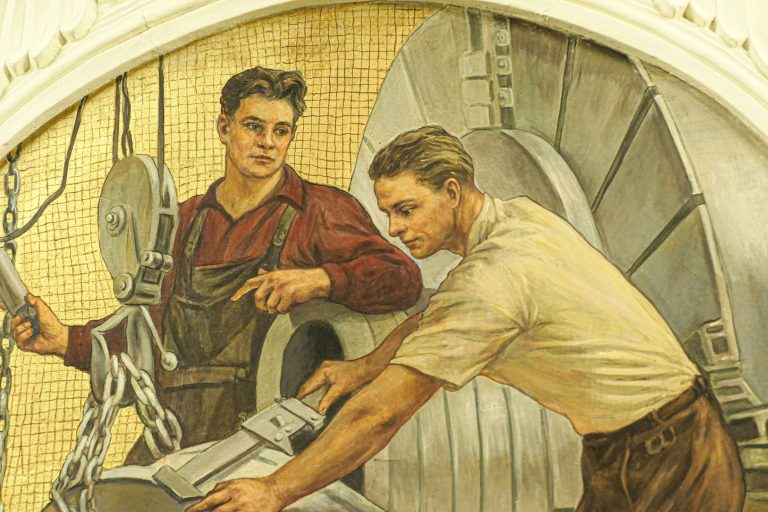 Kommunistenes lever videre på metroen i Moskva, her i en veggdekorasjon.