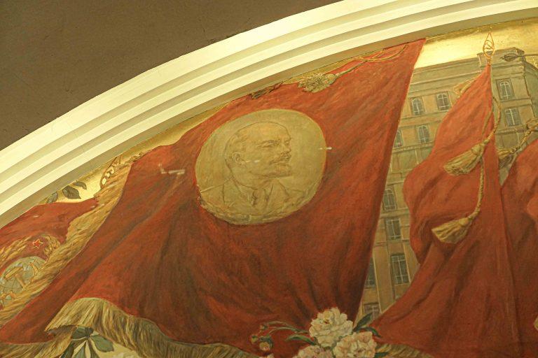 Lenin er fortsatt blant oss når vi reiser med metroen i Moskva. Her i en veggdekorasjon.
