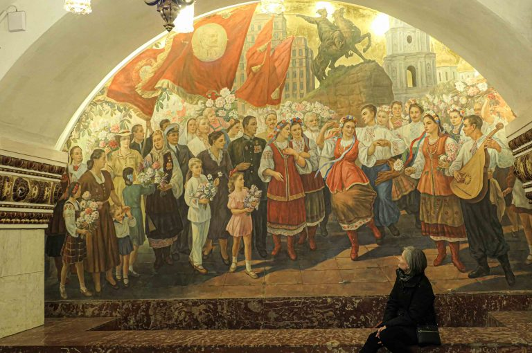 Denne freskoen på Kievskaya metrostasjon hyller 300 års vennskap mellom Russland og Ukraina.