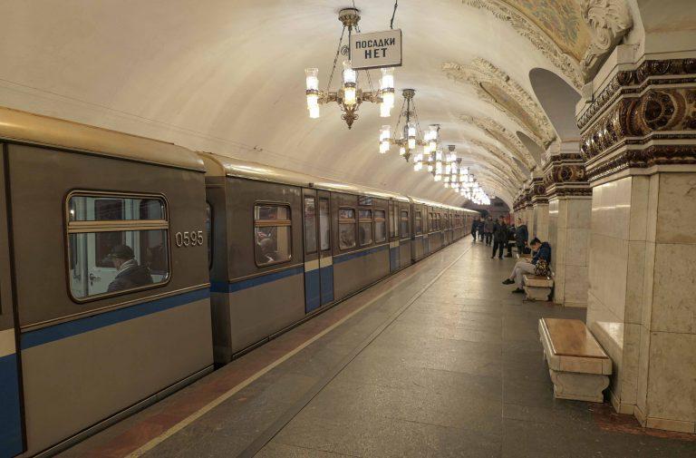 Foto av bane og folk som venter. Tatt under en reise med metroen i Moskva.