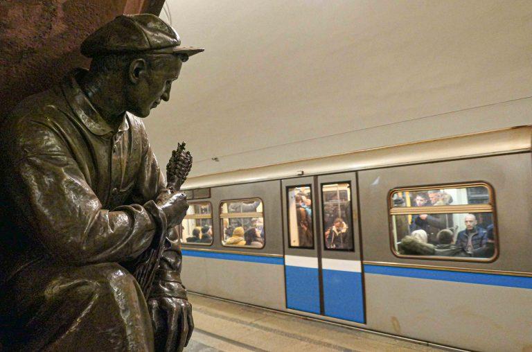 På metrostasjonen Ploshchad Revolyutsii i Moskva venter 76 bronsefigurer på oss. Dette bildet viser en av dem.