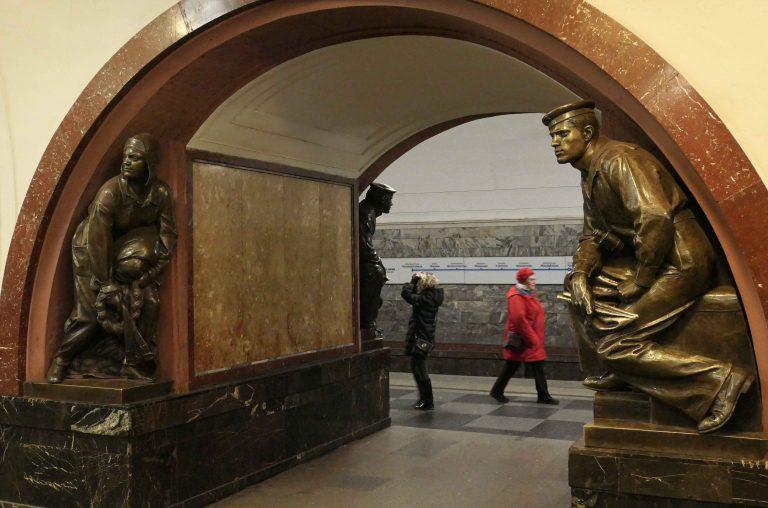 På metroen i Moska møtes revolusjonens helter og dagens moskovitter.