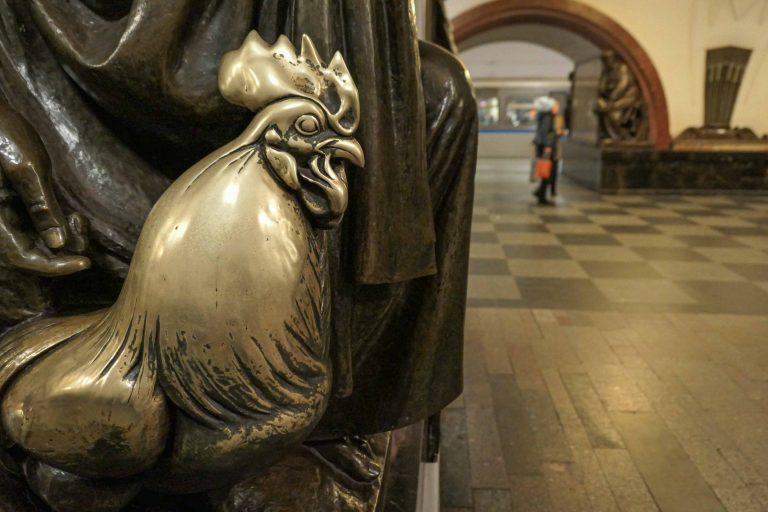 En bronsehane, blankpusset av alle hender som har strøket den i forbifarten i håp om velstand.