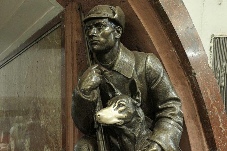 En hundesnute som skal gi hell og lykke for den som husker, og tør, stryke den. Denne bronsefiguren er fotografert under en reise med metroen i Moskva.