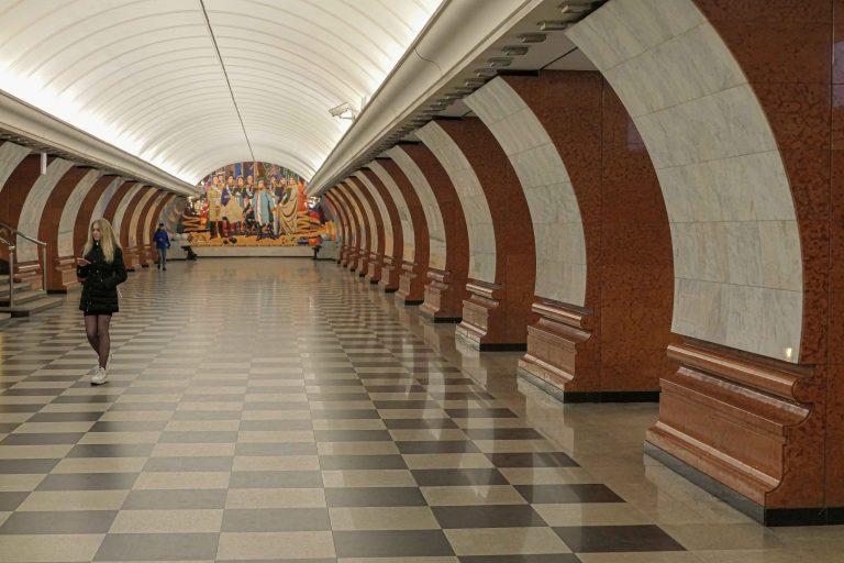 Park Pobedy er en metrostasjon åpnet i vårt eget årtusen. Den er ikke mindre påkostet og dekorert av den grunn.