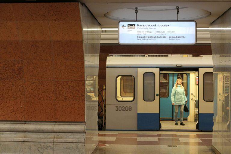 Metroen i Moskva er mye museum og stor severdighet, men likevel først og fremst et effektivt transportsystem for moderne mennesker i en millionby.