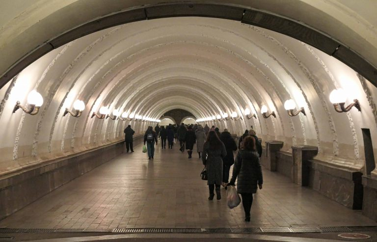 Selv nå under pandemien er metroen i Moskva den beste og mest praktiske måten å reise rundt i Moskva på, skriver WHO i en rapport fra oktober i år. Måtte moskovittene, metroen og vi alle gå bedre tider i møte igjen snart!