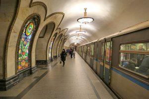 Metrostasjonen Novoslobodskaya i Moskva er holdt i jugendstil og tar imot de reisende med eventyrlig vakre glassmosaikker.