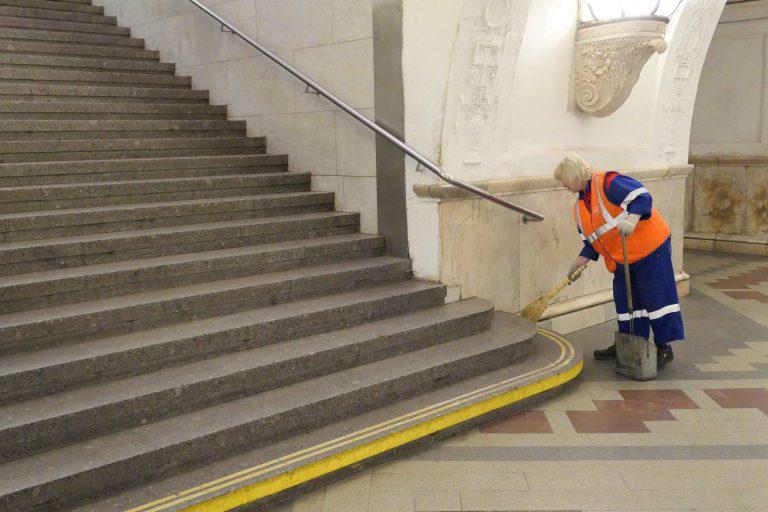 Her, og ellers på metroen i Moskva, ble vi imponert over hvor rent det var. Men på dette bildet ser vi hvorfor. Det var mange som vasket og ryddet.