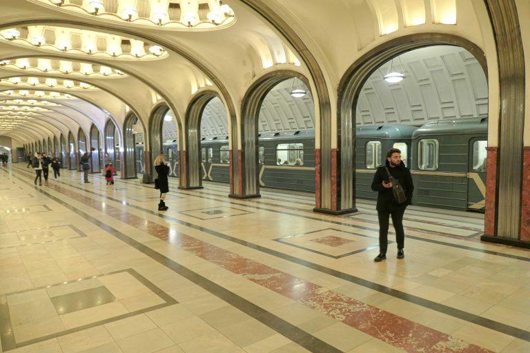 Metrostasjonen Mayakovskaya vant en Grand Prix under verdensutstillingen i New York i 1939, ble brukt som bomberom og som tilholdssted for Stalin under andre verdenskrig, og er spesielt vakker med sine store rom og rene linjer.