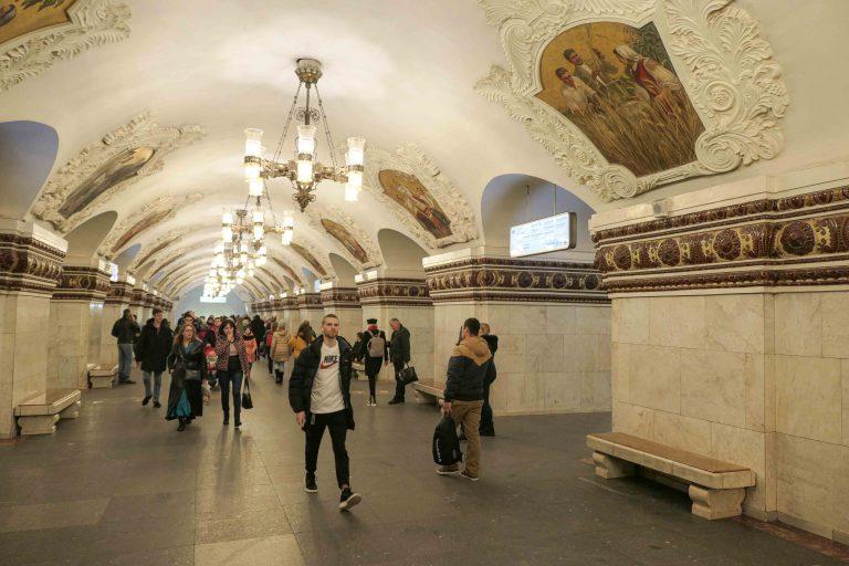 Marmorhallen på Kievskaya metrostasjon er dekorert med freskoer som viser ukrainske folkedrakter og idyllisert landsbygdliv i Ukraina.