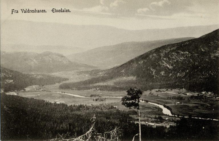 """Dette postkortet fra Etnedal har påskriften """"Fra Valdresbanen"""" og er hentet fra Narvesens hjemmeside."""