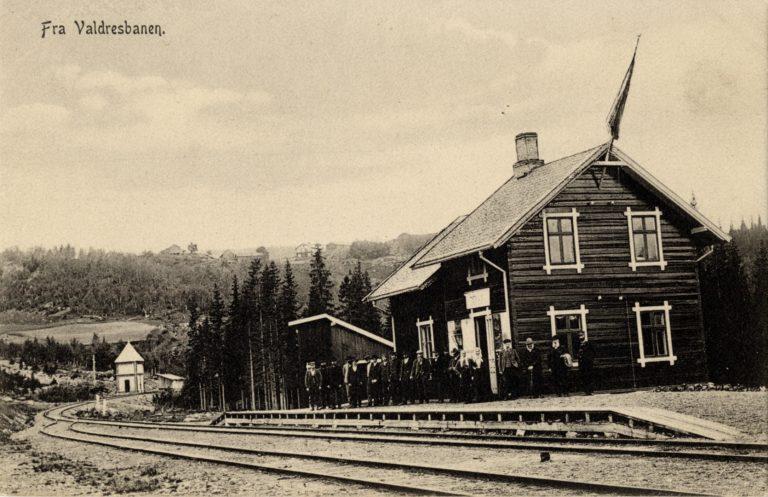 """""""Fra Valdresbanen"""" står det også på dette postkortet, og også dette er hentet fra Narvesens hjemmeside."""