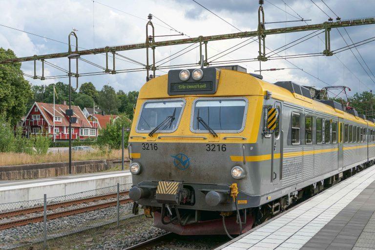 En sommertur med dette toget på Bohusbanan koster kr 34. Det er noen kroner mindre enn vi betaler for å reise noen holdeplasser i Oslo – og langt mindre enn det koster å reise halvannen time med et tog i Norge.