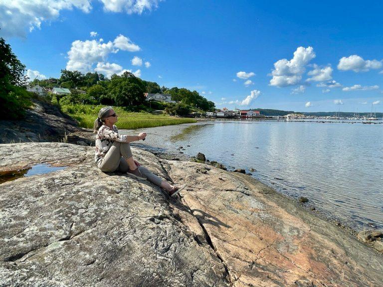 Slik kan en turist på sommertur med tog ha det. Foto fra stranden i Lyckorna, Ljungskile.