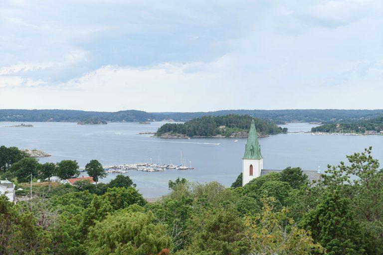 Utsikt fra Fornborg over Ljungs kyrka. Turstiene i området ble anlagt for «badortens» gjester – og er fine den dag i dag.