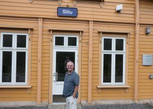 Gjesteblogger Svein Sundsbø tok toget til Slitu stasjon. Det aller første han fant, var en stasjonsbygning fra 1882.