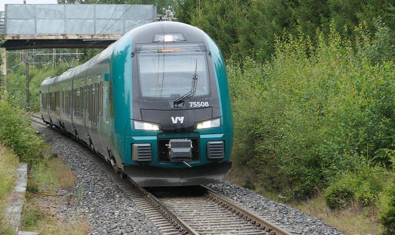 Mange ganger daglig kommer det tog inn til Slitu stasjon.