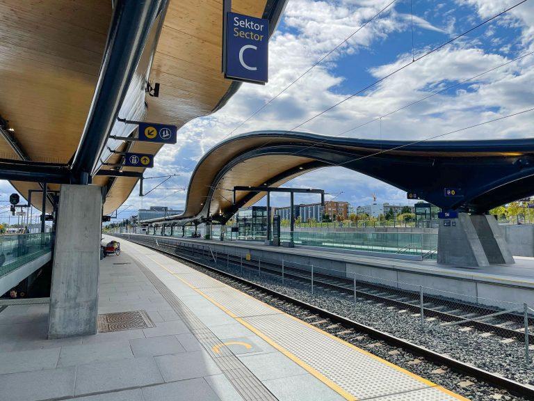 Norges stiligste stasjon? Her på Ski stasjon får den reisende valget mellom tog videre i retning Mysen eller Moss.