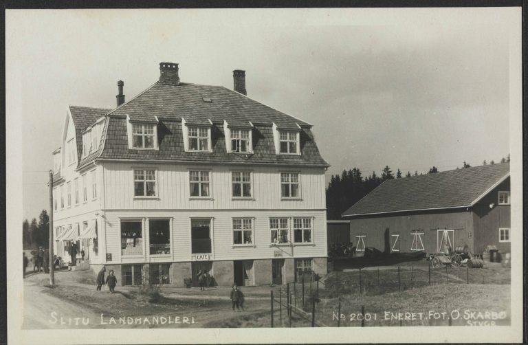 """Den gangen Slitu stasjon ble brukt som """"mjølkerampe"""" var trafikken større, og ved stasjonen lå det en staselig landhandel. (Bildet er frigitt for bruk og hentet fra Nasjonalbibliotekets bildearkiv. Fotograf O. Skarbø.)"""