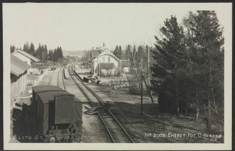 Slitu stasjon slik den var på 1920-tallet. (Bildet er frigitt for bruk og hentet fra Nasjonalbibliotekets bildesamling.)